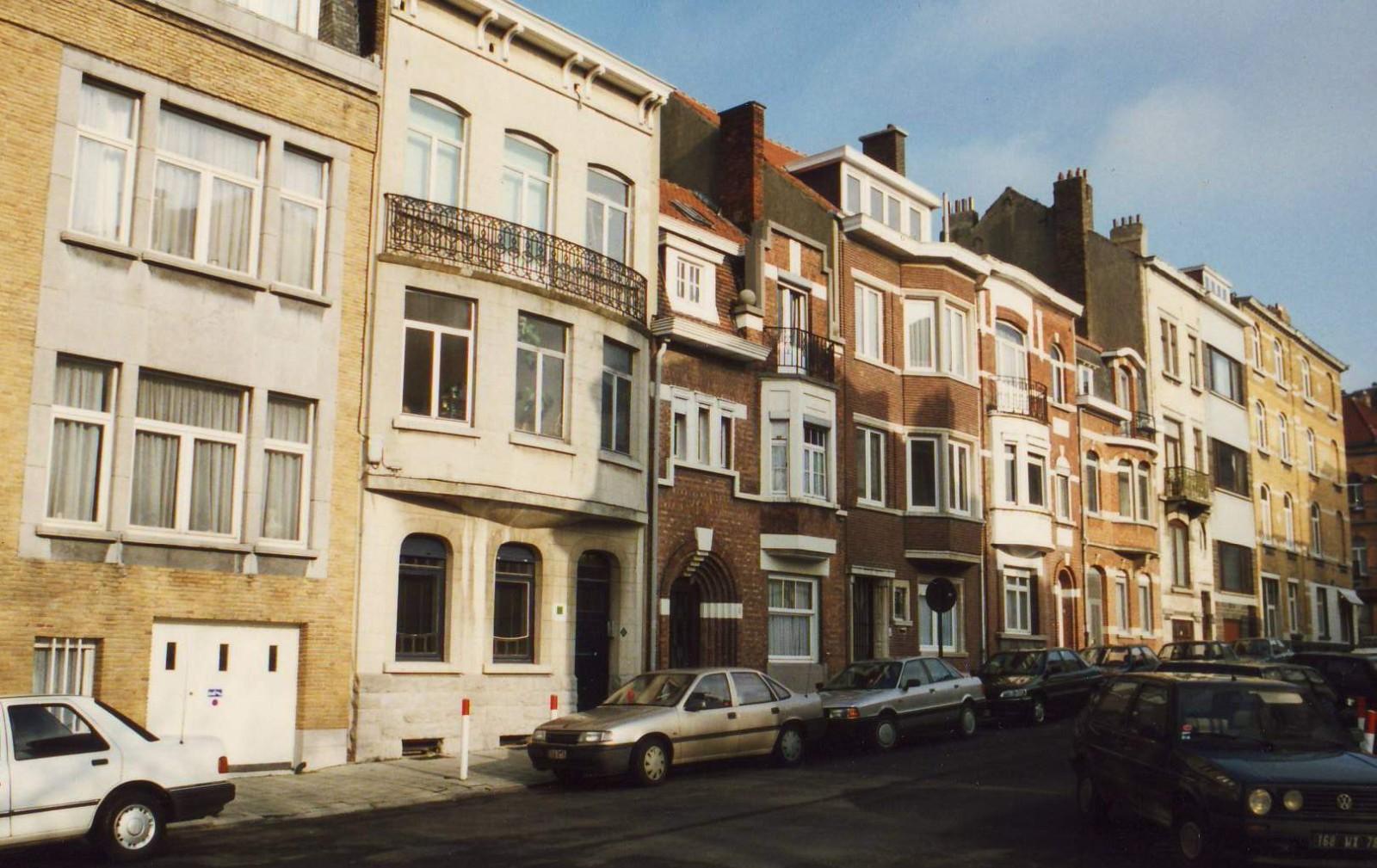 Rue Charles Legrelle, enfilade côté pair au début de la rue., 1994