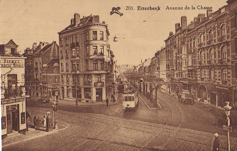 Avenue de la Chasse et l\'avenue d\'Auderghem (à gauche), vue depuis la carrefour de la Chasse, s.d. (Collection de Dexia Banque).