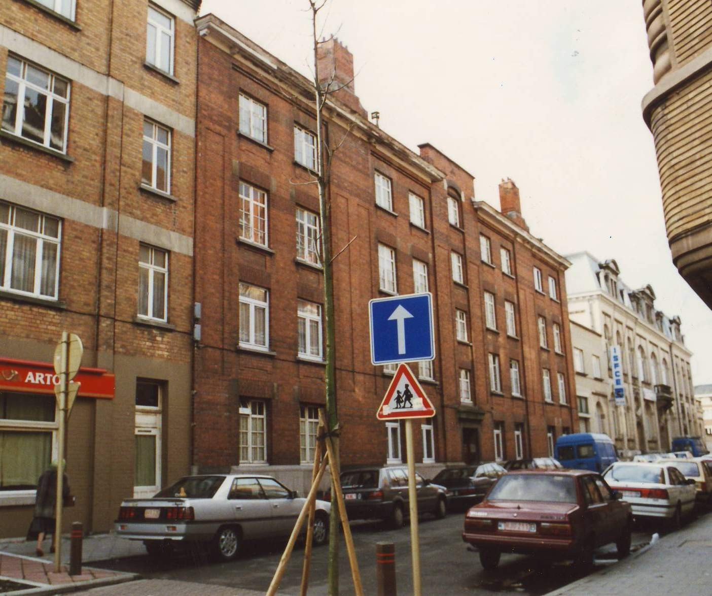 Rue Joseph Buedts, enfilade de bâtiments côté pair, vue depuis la chaussée de Wavre., 1994