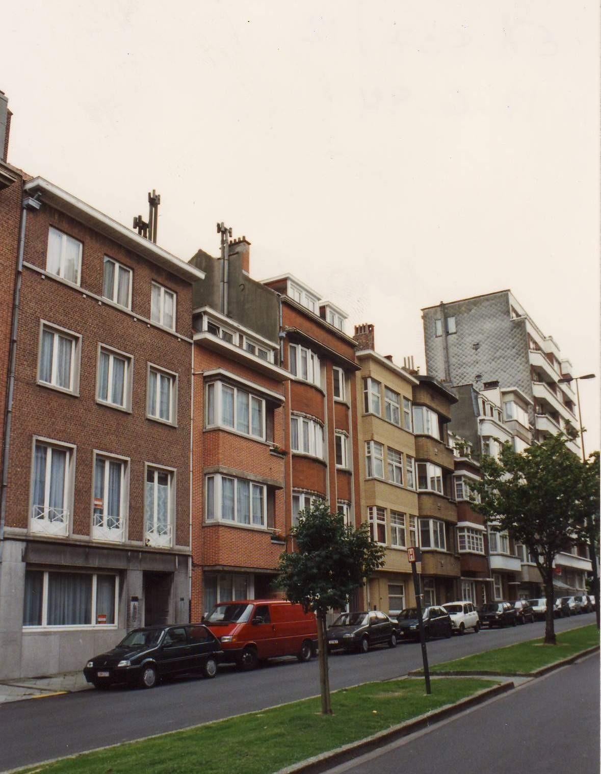 Avenue Le Marinel, enfilade de petites immeubles d\'appartements côté pair, vers le boulevard Louis Schmidt., 1994