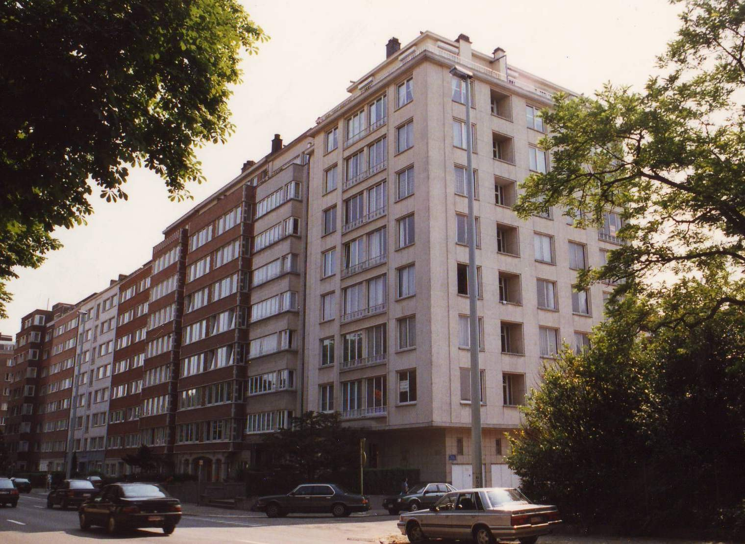 Boulevard Louis Schmidt, côté impair: enfilade d\'immeubles à appartements., 1994
