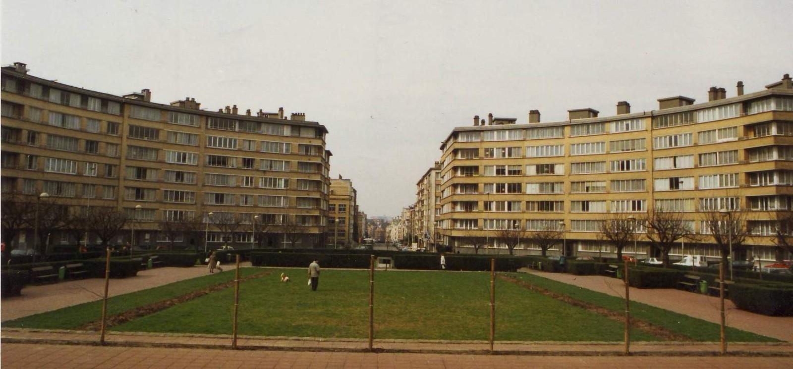 Place du Roi Vainqueur, vue vers l\'avenue du Onze Novembre., 1994