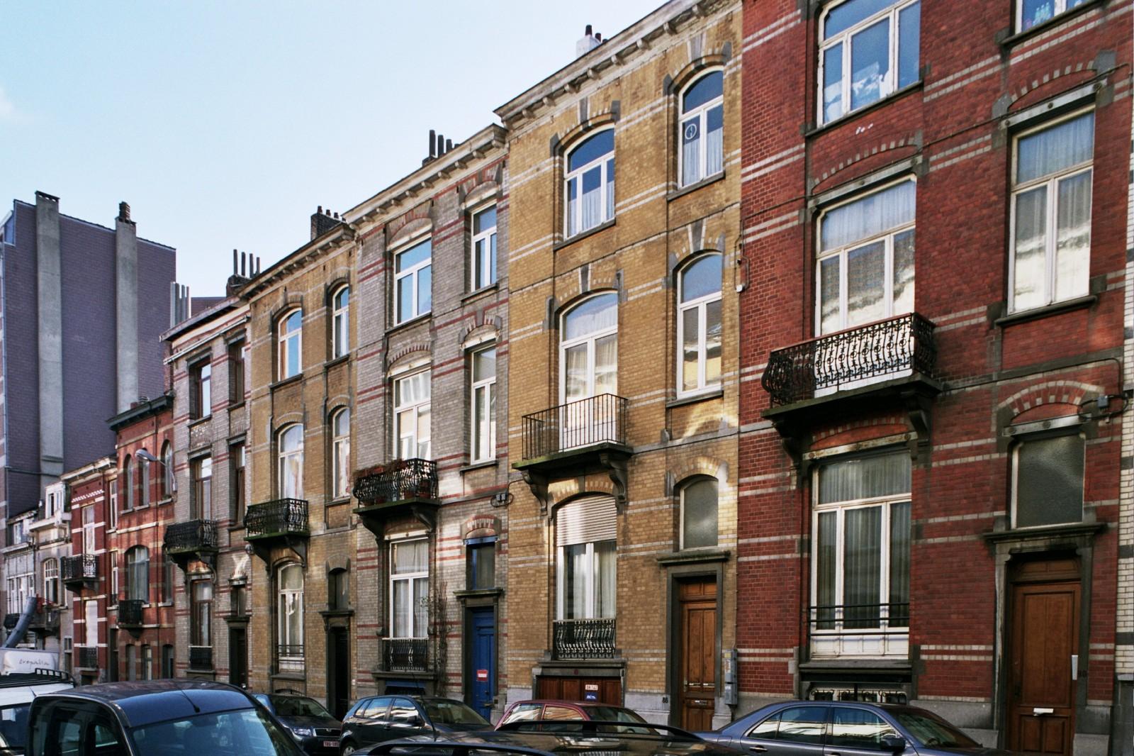 Rue des Mélèzes côté pair, enfilade de maisons de style éclectique par l'arch. Jean DIERICKX, 1909., 2005
