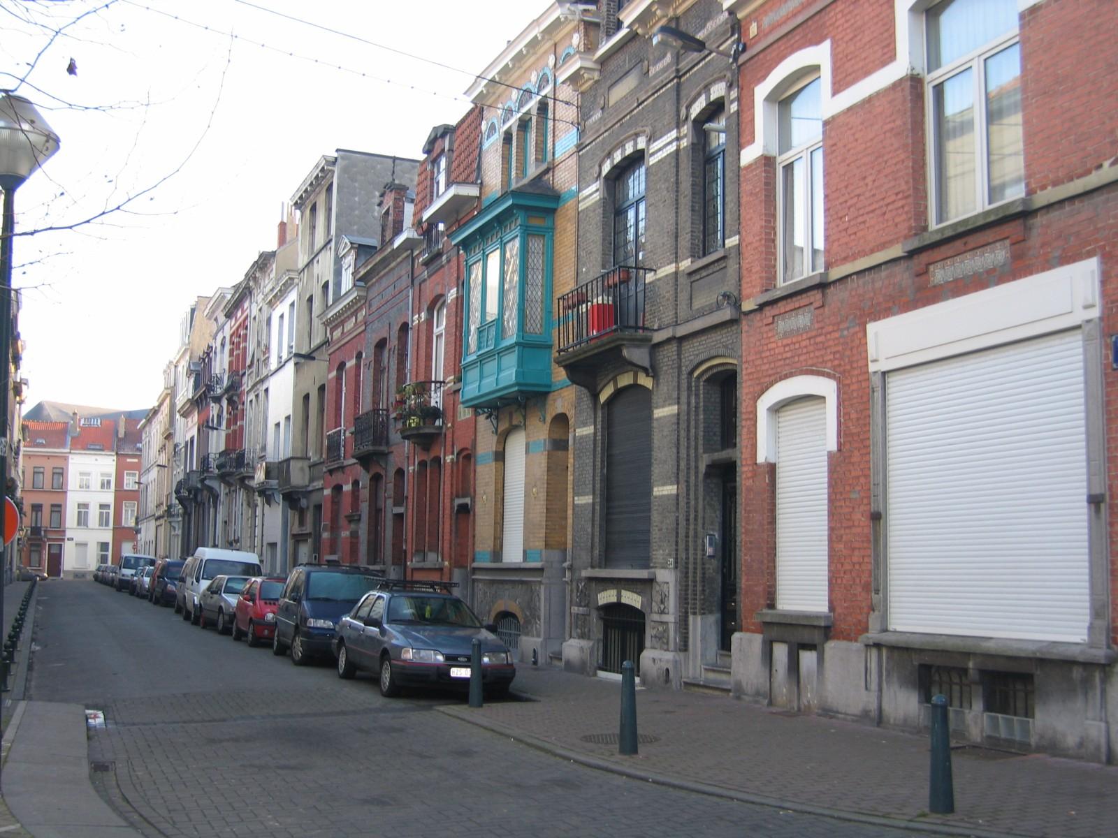 Rue de Lisbonne, vue vers la rue d\'Andenne, numéros pairs., 2004
