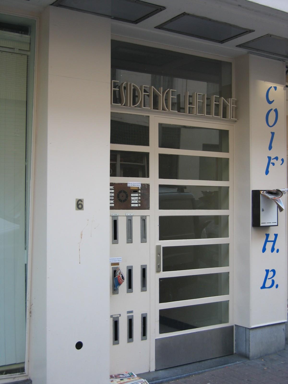 Rue Louis Coenen 4-10, porte d\'un immeuble à appartements moderniste, arch. Gaston Brunfaut, 1953., 2004