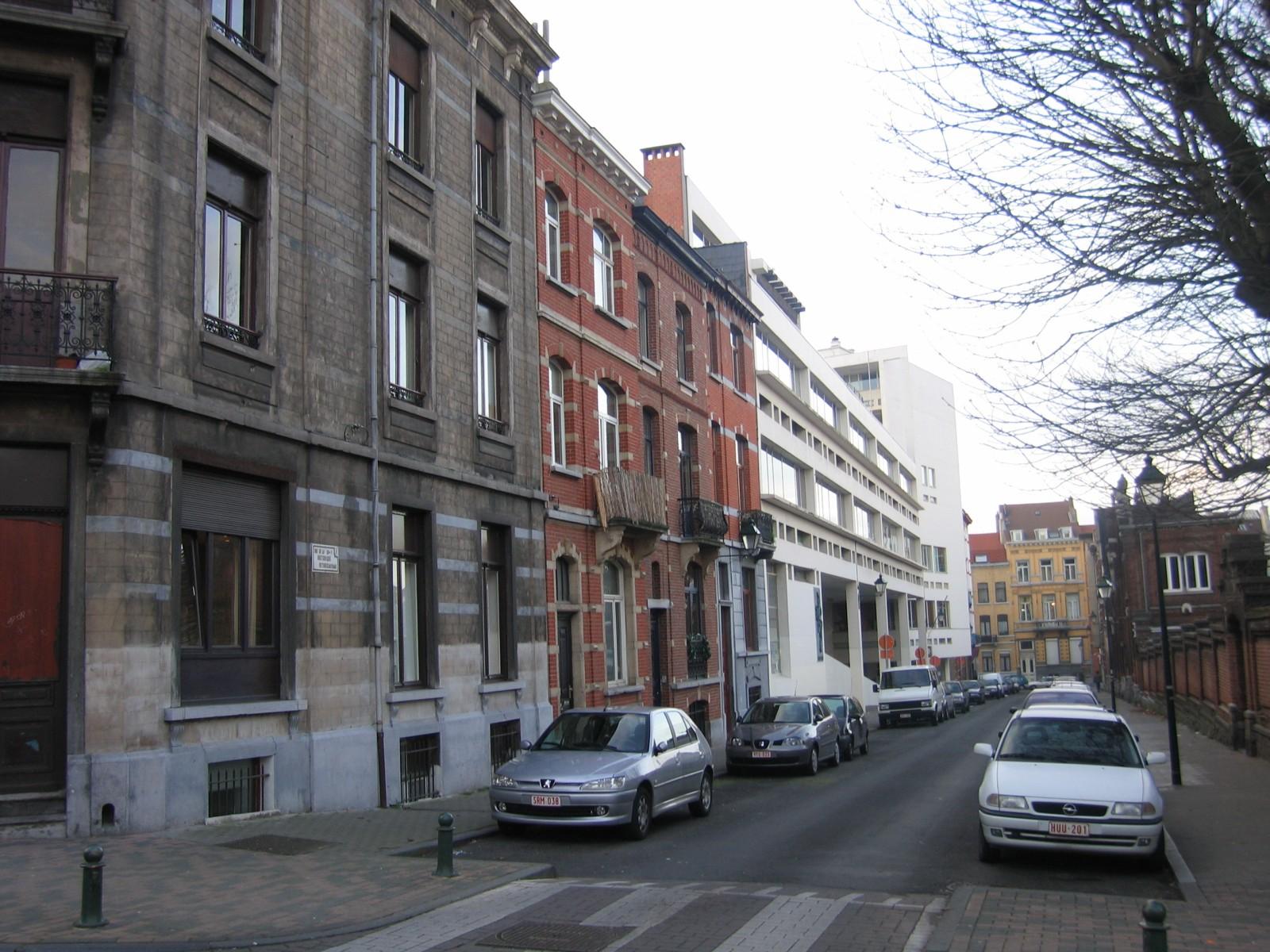 Rue de la Rhétorique, vue depuis la place Louis Morichar, numéros impairs., 2004