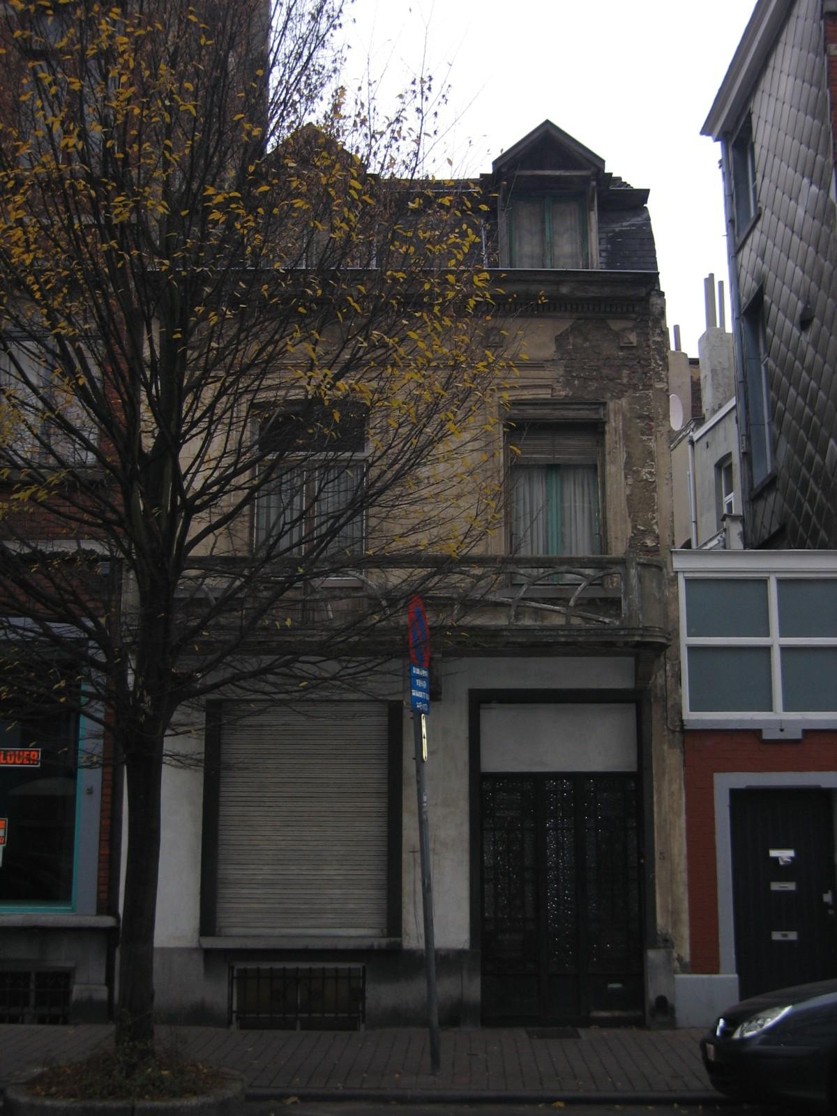 Savoiestraat 3, huis van 1896 met borstwering in rocaille (1930) en metalen deur., 2004