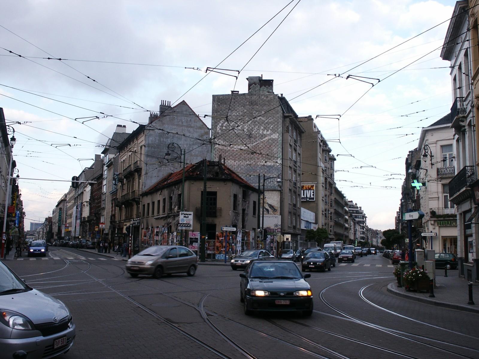 Vue de la place Paul Janson vers la chaussée de Charleroi et la rue Defacqz., 2004