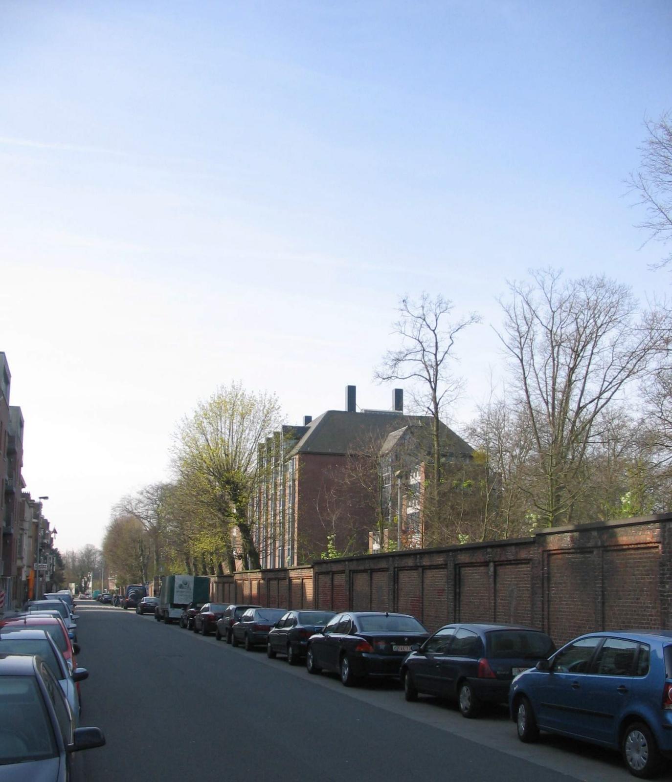 Maurice Liétartstraat vanuit de Sint-Michielscollegestraat met rechts de bakstenen omheiningmuur van het Sint-Michielscollege., 2007