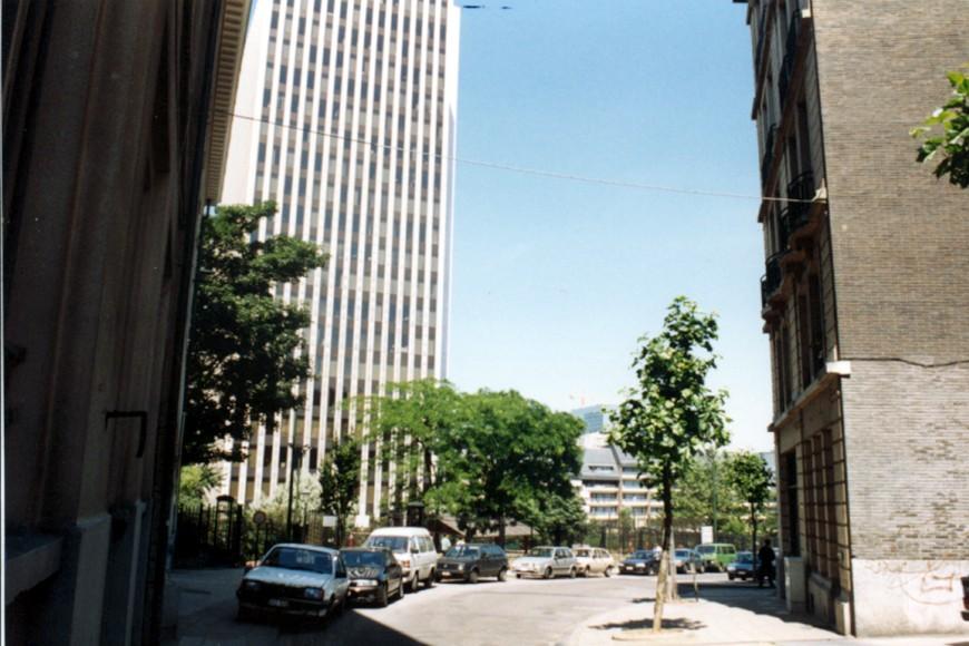 Rue Botanique, vue avec la Tour IBM à gauche (photo 1993-1995).