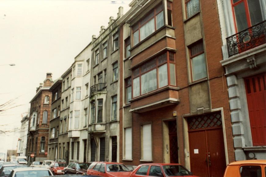 Rue Brialmont, côté impair, vue vers la rue Royale (photo 1993-1995).