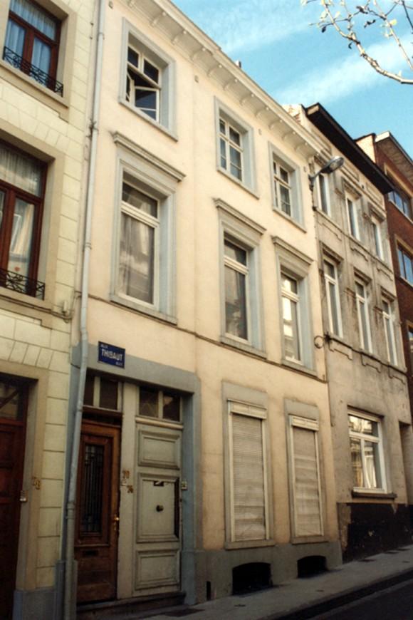 Rue Gillon 74-76, la porte de gauche du bâtiment ouvre sur l\'allée Thibaut., 1994